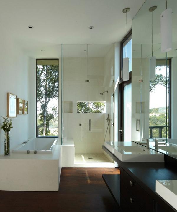 Un bellissimo bagno elegante e molto luminoso
