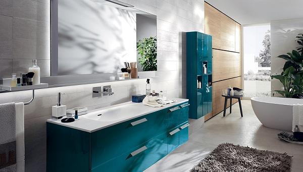 Un moderno bagno con mobiletti blu baltico