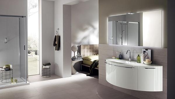 Bagno semplice ma con mobiletti e specchio curvi