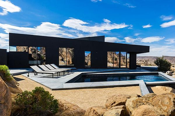 Immancabile la piscina nella Black Desert House
