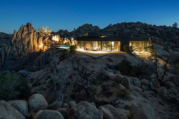 Al crepuscolo la casa si fonde col paesaggio circostante, e diventa oasi di luce