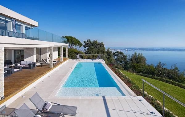 Bellissima la piscina, ma vogliamo parlare della vista sul mare?