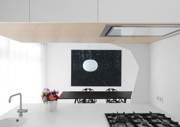 Una cucina moderna in tre colori: nero, bianco e grigio. Ma dove spicca il legno