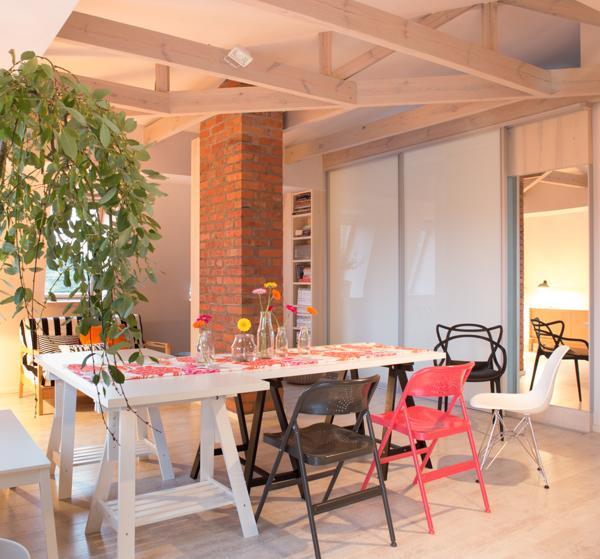 Arredamento minimalista ben si incastra con architettura della sala da pranzo