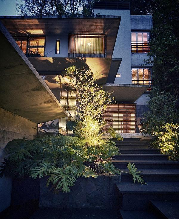 Col calar della sera si apprezzano ancor di più i particolari architettonici
