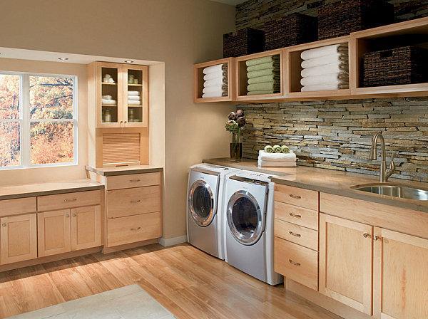 Una moderna lavanderia dal taglio rustico