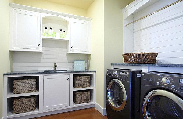 Una lavanderia con ripiani ben organizzati