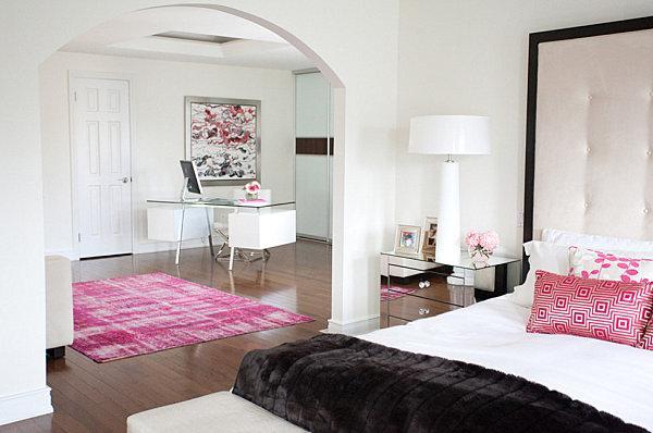 Finiture nere in una camera da letto rosa e bianca
