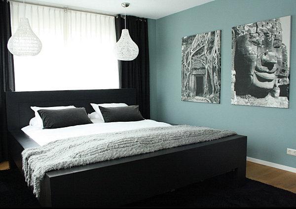 Qui il nero si contrappone al blu marino delle pareti, creando un effetto di calma