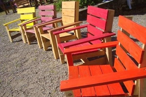 Vecchi pallet riciclati in colorate sedie e sdrai
