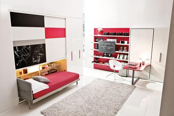 Il letto incassato nel muro diventa una pratica scrivania