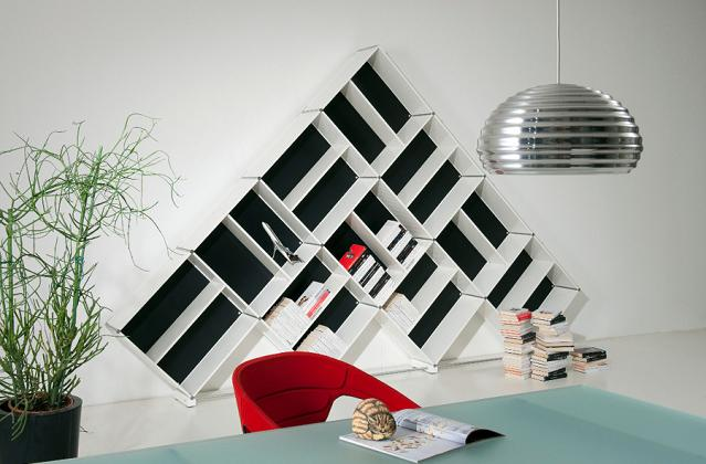 Libreria a forma di piramide