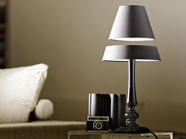 La lampada senza fili che galleggia in aria