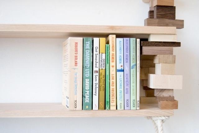 Una libreria realizzata con legno di recupero