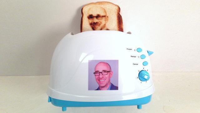 Il tostapane selfie che tosta il pane con la tua faccia