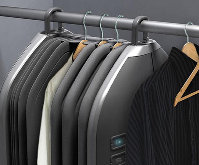 Lavatrice addio: i vestiti si lavano nell'armadio