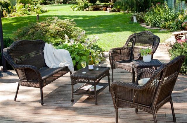 Come avere un salotto in giardino poltrone e divani da for Poltrone da balcone