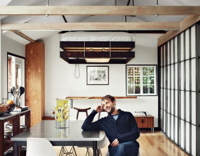 Il letto sul soffitto per guadagnare spazio
