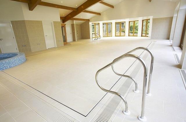 La piscina nascosta che compare nel pavimento