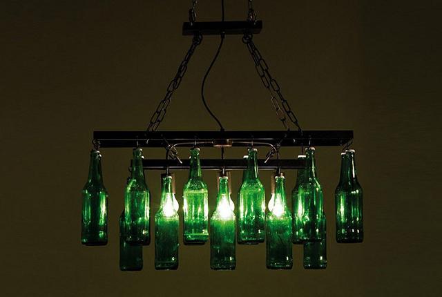 Lampadario realizzato con bottiglie di vetro