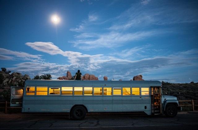 Lo scuolabus che diventa una casa mobile