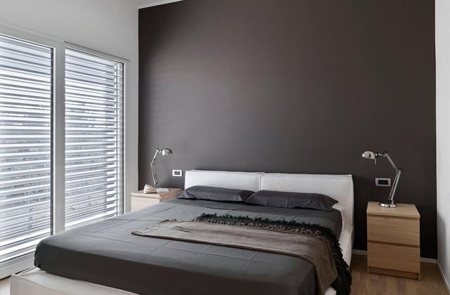 parete grigia camera da letto