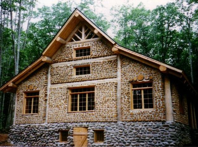 Una casa Cordwood, realizzata con tronchetti di legno