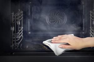 Avere un forno pulito senza usare i detersivi: come fare?