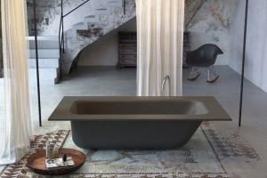 Il bagno con una vasca di cemento