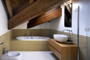 Realizzare un piccolo bagno nel sottotetto: guida pratica