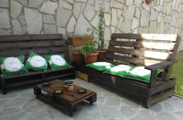 Come realizzare una panchina fai da te con materiali riciclati for Pallet arredo giardino