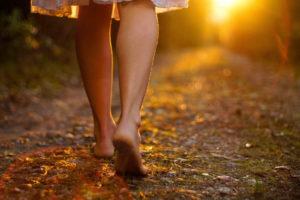 Camminare a piedi scalzi fa bene