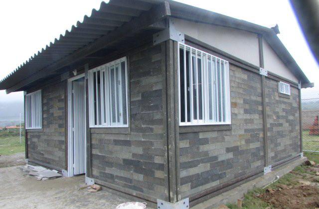 una casa realizzata con mattoni di plastica