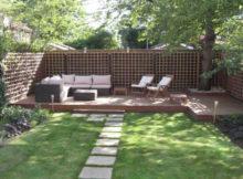 angolo lettura in giardino con sdraio e divanetti