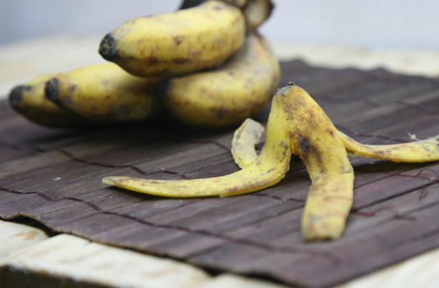 riusare le bucce di banana nell'orto