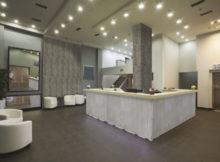 loft con pavimento in cemento colorato grigio