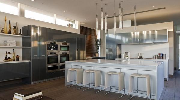Anche la cucina riprende il carattere moderno della casa