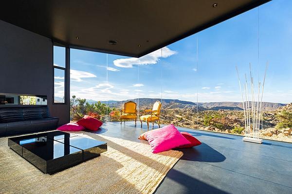 Le ampie vetrate consentono luminosità e una vista mozzafiato