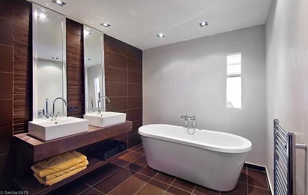 Uno dei bagni, col doppio lavabo e una grande vasca