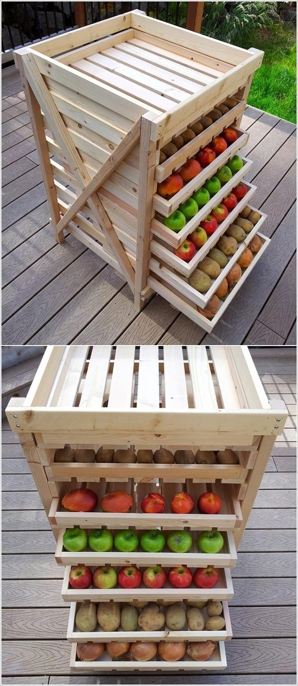Un portafrutta in legno con cassetti