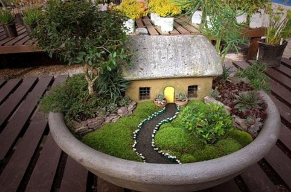 Una casetta col suo giardino e il suo vialetto