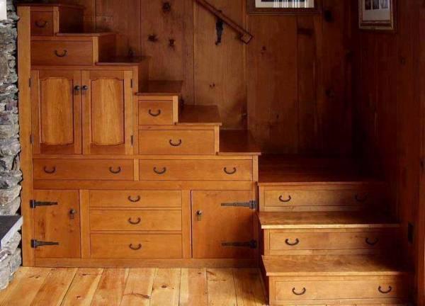 Tanti cassetti e armadi nel sottoscala