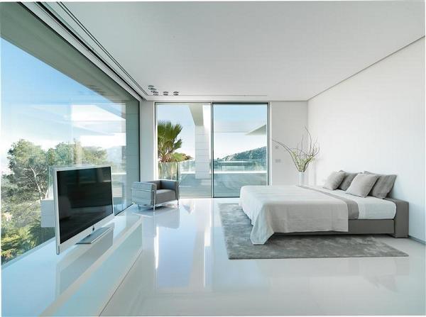 Una delle dieci camere da letto: luminosa grazie alle ampie vetrate