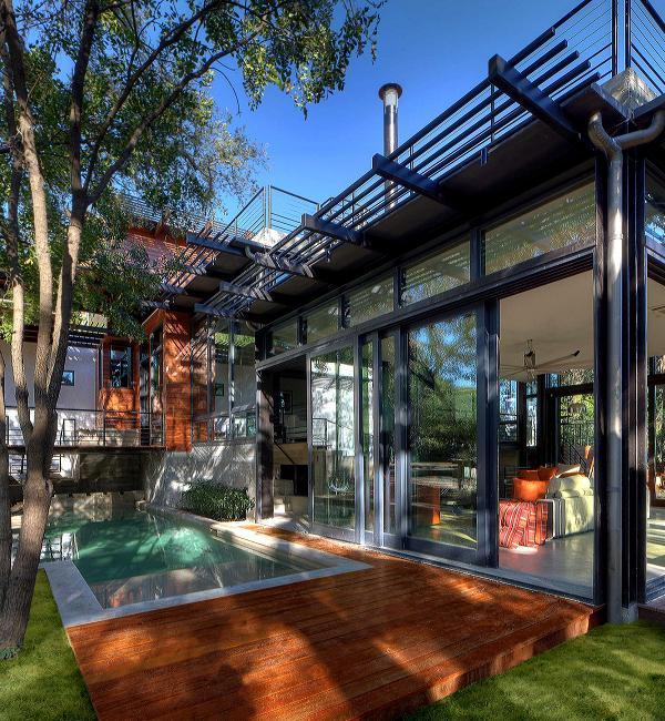 Legno, acciaio e verde: ingresso (con piscina) è fantastico