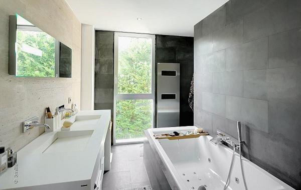 I bagni sono luminosi grazie al contrasto con le pareti