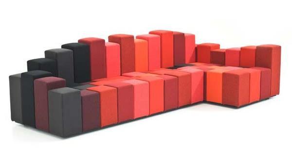 Il divano insolito a forma di onde musicali