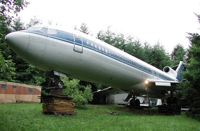 L'uomo che vive nel bosco in un Boeing 727
