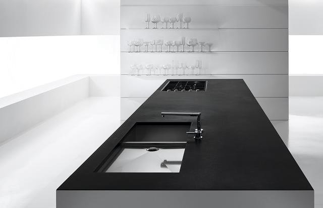 Cucina minimalista con tavolo da lavoro girevole