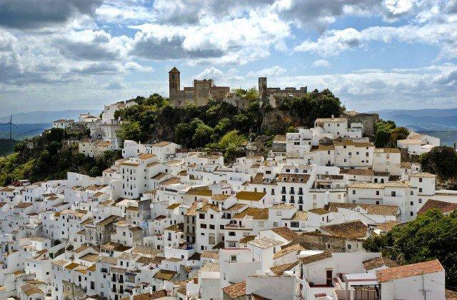 Si trova in Spagna la città dove tutti lavorano, non c'è la polizia, e lo stipendio è di 1.200 euro al mese