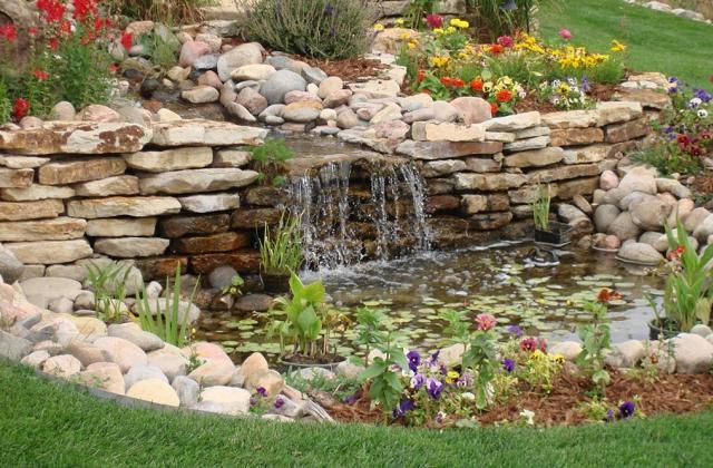 Decorare il giardino coi sassi: tante soluzioni